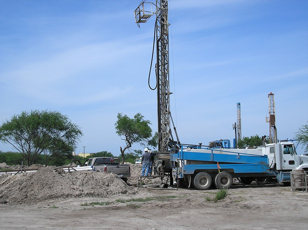 A-drill-rig-casing-a-recover-or-injection-well-in-South-Texas